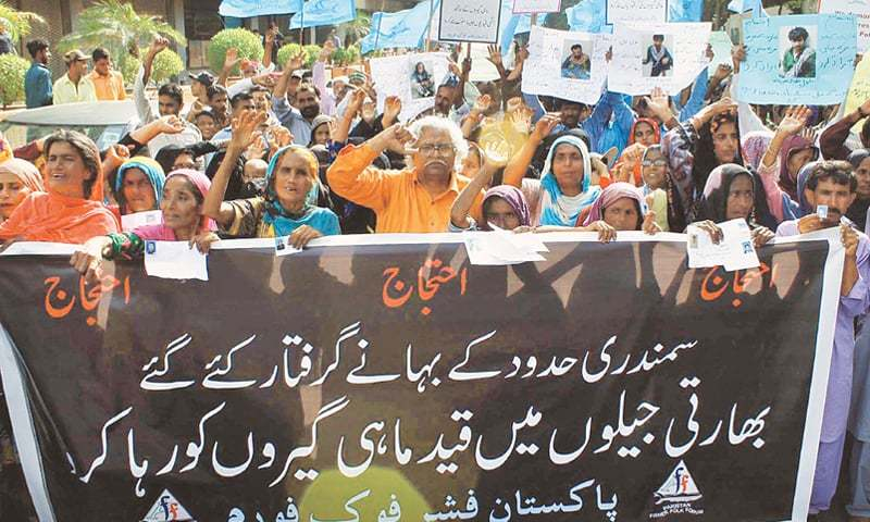 FISHERMEN community holds a rally in Karachi on Monday for the release of many of its members from Indian jails.—Online