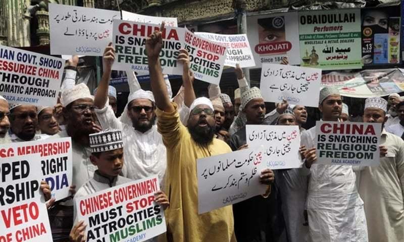 بھارتی مسلمان ممبئی میں سراپا احتجاج ہیں — فوٹو: اے پی