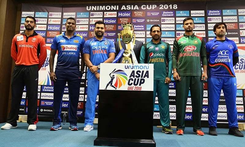 ایشیا کپ کی ٹرافی کی تقریب رونمائی کے موقع پر افغانستان، بنگلہ دیش، پاکستان، بھارت، سری لنکا اور ہانک کانگ کے کپتان موجود ہیں— فوٹو: اے پی
