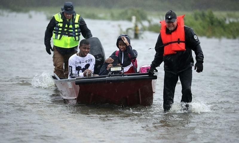 شمالی کیرولینا میں عوام کو محفوظ مقام پر منتقل کیا جارہا ہے — فوٹو: اے ایف پی