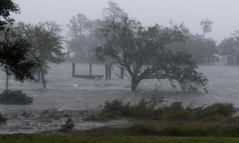 طوفان کے ساتھ آندھی نے بھی شہر کو متاثر کیا — اے پی