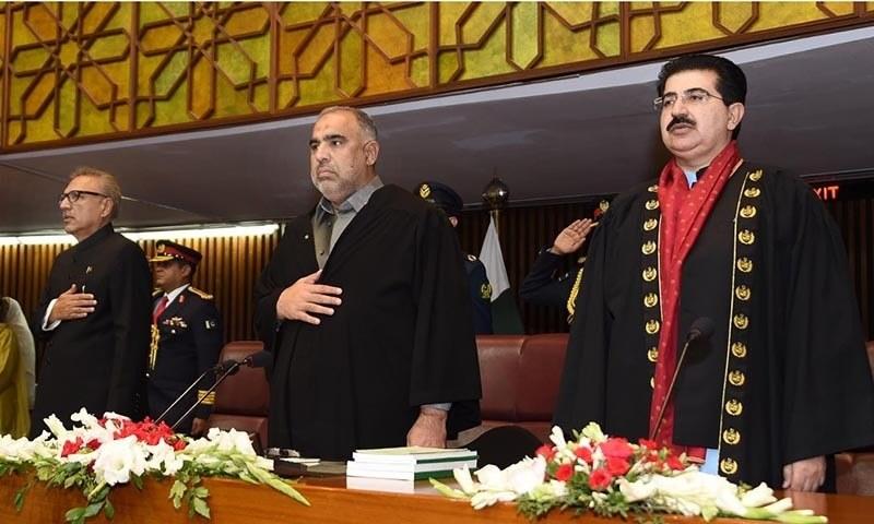 President Alvi (L) stands alongside NA Speaker Asad Qaiser (C) and Chairman Senate Sadiq Sanjrani (R) in the parliament — Javed Hussain
