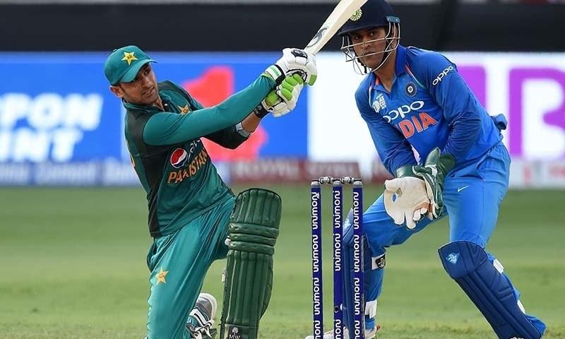 شعیب ملک ایشیا کپ میں بھارت کے خلاف بلے بازی کر رہے ہیں — فوٹو: اے ایف پی