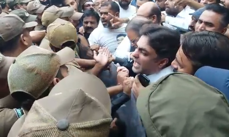 Security forces stop PML-N workers from advancing. — DawnNewsTV