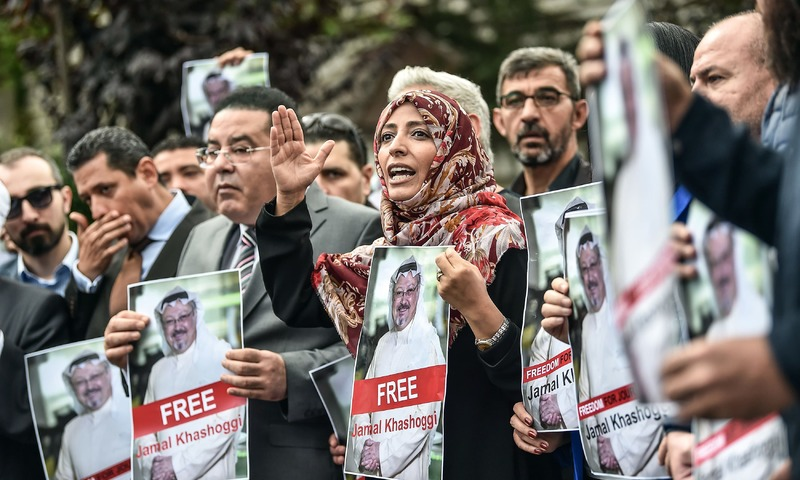 Nobel Peace Prize laureate Yemeni Tawakkol Karman (R), flanked by Egytian opposition politican Ayman Nour (L), holds pictures of missing journalist Jamal Khashoggi during a demonstration in front of the Saudi Arabian consulate in Istanbul. —AFP