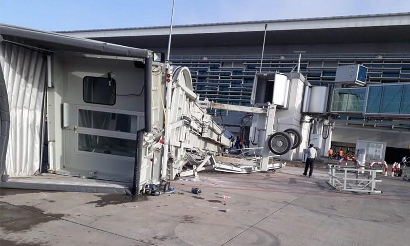 گرنے والا پل مسافروں کو ایئرپورٹ سے جہاز تک منقل کرنے کے لیے استعمال ہوتا تھا—فوٹو: طاہر نصیر