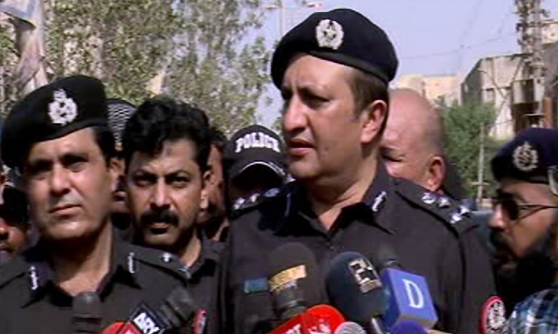 DIG South Javed Alam Odho (R) and Karachi police chief Amir Ahmed Sheikh (L) speak to the media. ─ DawnNewsTV