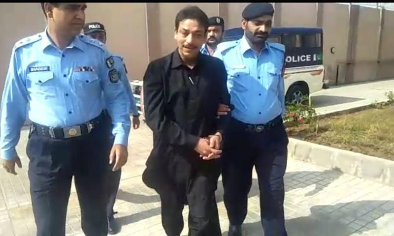 فیصل رضا عابدی کو ہتھکڑیاں لگا کر عدالت لایا گیا — فوٹو: ڈان نیوز
