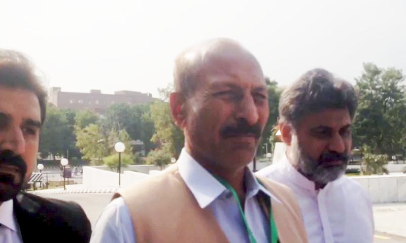 Mansha 'Bomb' arrives at the Supreme Court on Monday to surrender himself for arrest. — DawnNews TV
