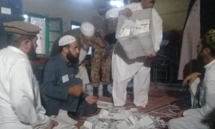 Counting begins in Peshawar's PK-71 — Photo: Sirajuddin