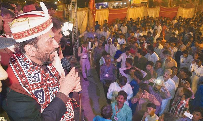 MQM-P leader Dr Farooq Sattar speaks to the Hindu community at the temple on Saturday evening.—Online