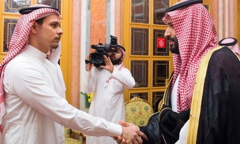 ولی عہد محمد بن سلمان (دائیں) جمال خاشقجی کے بیٹے (بائیں) سے مصافحہ کر رہے ہیں— فوٹو بشکریہ سعودی پریس ایجنسی