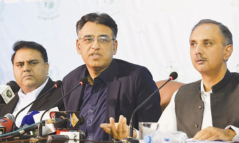 ISLAMABAD: Federal Ministers Asad Umar, Omar Ayub Khan and Fawad Chaudhry pictured during a press conference on Thursday.—Tanveer Shahzad / White Star