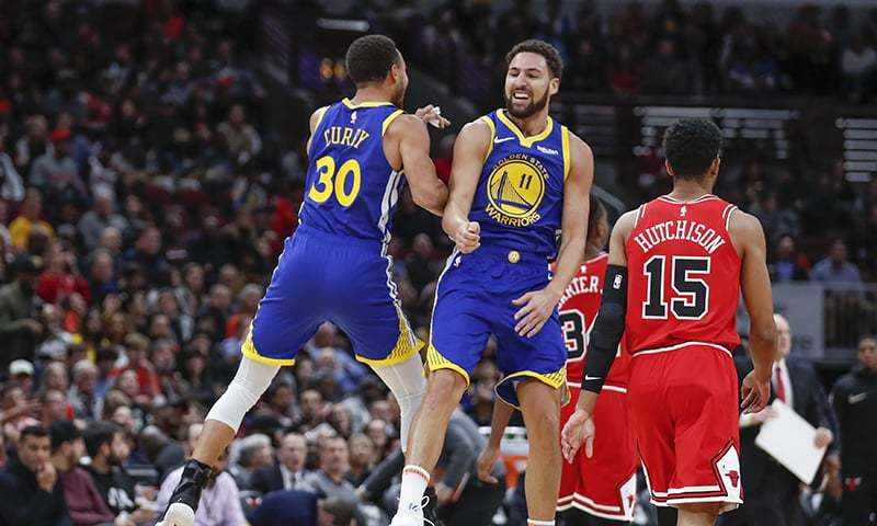 Golden State Warriors guard Klay Thompson, center, celebrates with guard Stephen Curry, left, after scoring against the Chicago Bulls. — AP