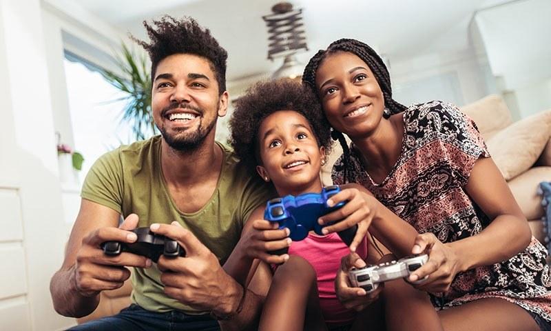 ماہرین کے مطابق بچوں کے ساتھ ٹی وی، دستاویزی فلمیں اور اسپورٹس دیکھنا ان میں کردار کی مضبوطی کا سبب بن سکتا ہے۔