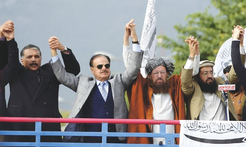 ISLAMABAD: Maulana Samiul Haq, former Inter-Services Intelligence chief Hamid Gul and Pakistan Muslim League leader Ijazul Haq join hands during a Kashmir Solidarity Day rally in 2014.—White Star