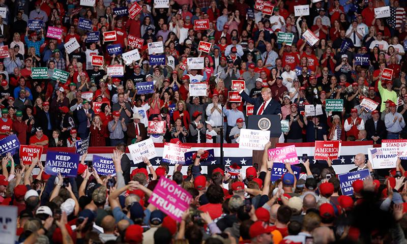 امریکی صدر ڈونلڈ ٹرمپ ریلی سے خطاب کر رہے ہیں — فوٹو، اے پی