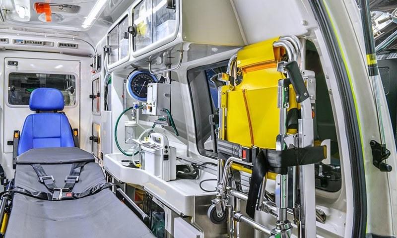 صحت کی بین الاقوامی تنظیم کے مطابق ایک لاکھ افراد کے لیے ایک زندگی بچانے والی ایمبولینس ہونی چاہیے — فوٹو شٹر اسٹاک