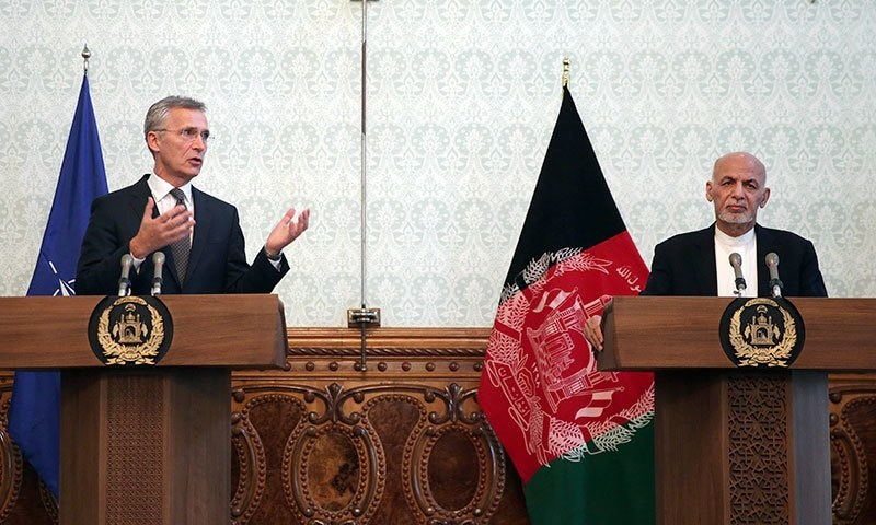 نیٹو کے سربراہ جینس اسٹول ٹنبرگ کابل میں افغان صدر اشرف غنی کے ہمراہ مشترکہ پریس کانفرنس سے خطاب کر رہے ہیں— فوٹو: اے پی