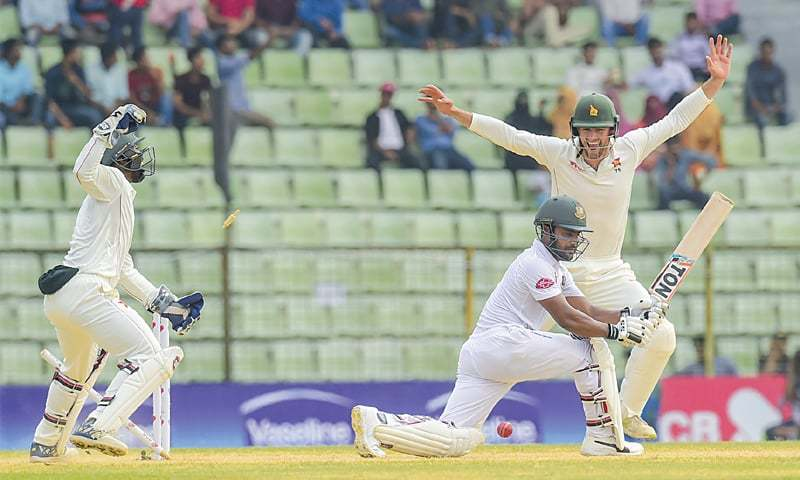 SYLHET: Zimbabwe wicket-keeper Regis Chakabva (L) and close-in fielder Peter Moor celebrate the dismissal of Bangladesh opener Imrul Kayes during the first Test on Tuesday.— AFP