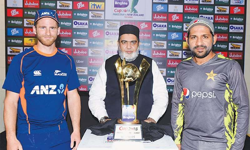 ABU DHABI: Pakistan captain Sarfraz Ahmed (R) and his New Zealand counterpart  Kane Williamson pose with the ODI series trophy at the Sheikh Zayed Cricket Stadium on Tuesday.—Courtesy PCB