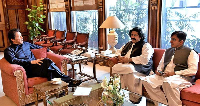 ISLAMABAD: Members of National Assembly Mohsin Dawar and Ali Wazir called on Prime Minister Imran Khan at the PM Office on Wednesday.—APP