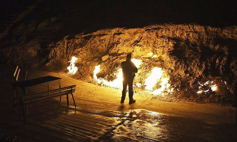 مسلسل جلتی آگ کو دیکھنے کے لیے دنیا بھر سے لوگ یہاں آتے ہیں—فوٹو: ایٹلس آبسکورا