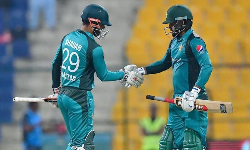 دوسرے ون ڈے میچ میں فتح کے بعد محمد حفیظ اور شاداب خان ایک دوسرے کو مبارکباد دے رہے ہیں— فوٹو: اے ایف پی