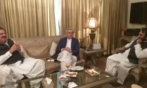 A screengrabFootage showing PML-Q leaders complaining to Jahangir Tareen about Chaudhry Sarwar.