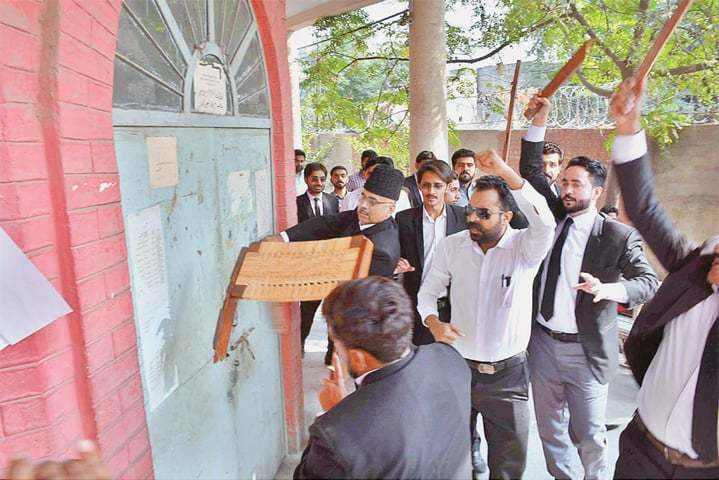 FAISALABAD: Lawyers trying to force their way into the deputy commissioner's office.—APP/File photo