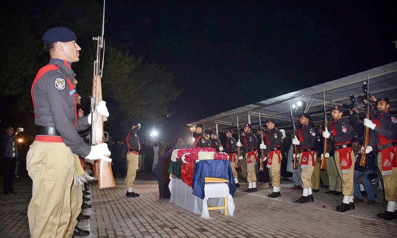 Police personnel offer guard of honor to the coffin of martyred SP Tahir Dawar. —APP