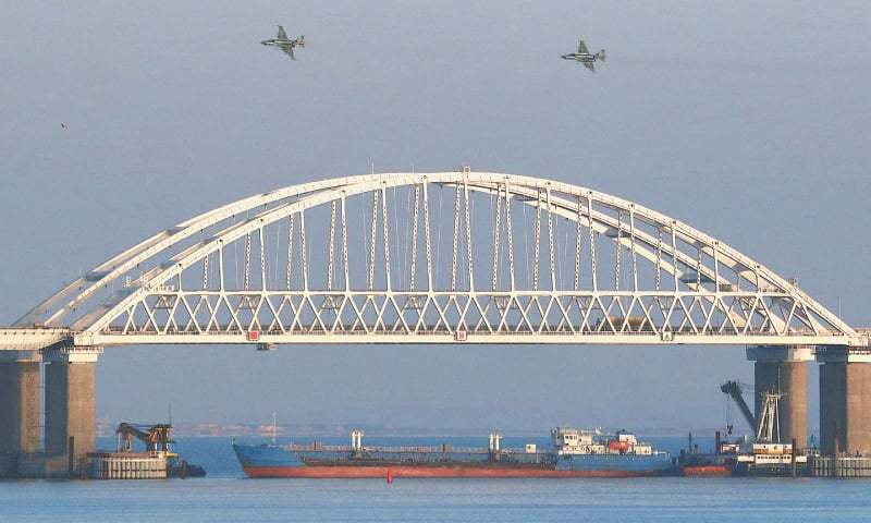 Russian ships attack Ukrainian Navy boats