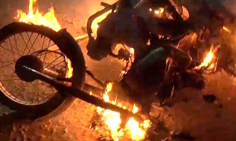 Karachi: tajawizaat girany kay khilaf shadeed hungama, amlaak nazar e aatish