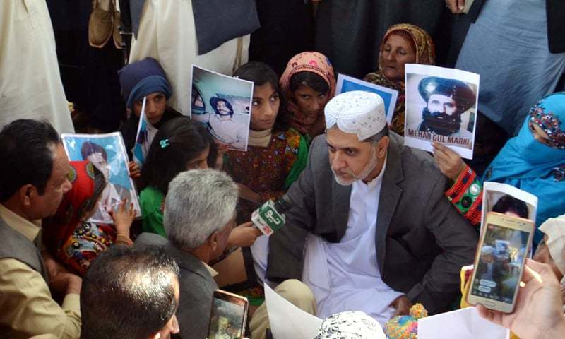 QUETTA: Balochistan National Party (BNP-Mengal) chief Sardar Akhtar Mengal talks to relatives of missing people during his visit to the protesters' camp at the Quetta Press Club