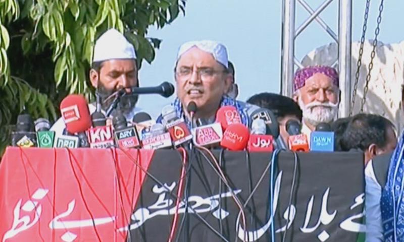 PPP's Asif Ali Zardari addresses a rally in Sadiqabad. — DawnNewsTV