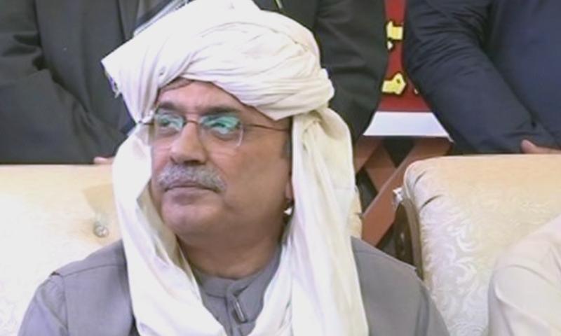 Former president Asif Ali Zardari speaking to journalists in Darya Khan Mari village in Tando Allahyar. — DawnNewsTV