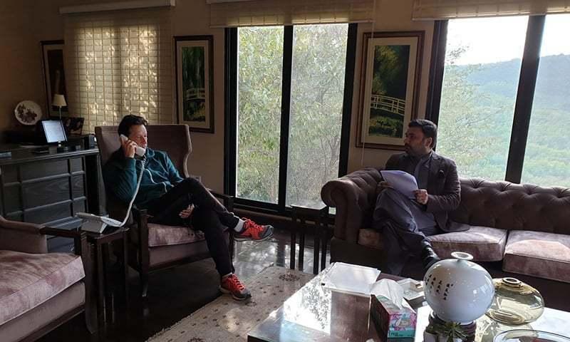 وزیراعظم عمران خان فون پر بل گیٹس سے بات چیت کررہے ہیں — فوٹو بشکریہ ریڈیو پاکستان