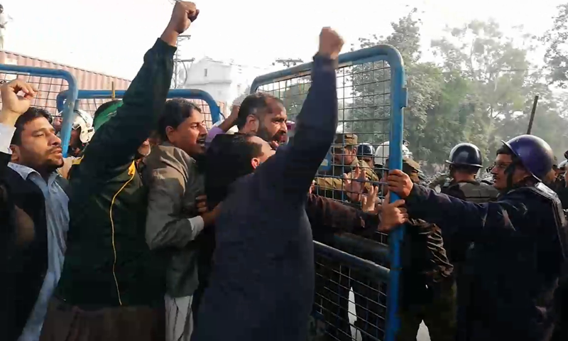 PML-N workers clash with police outside the court building; arrests made. — DawnNewsTV