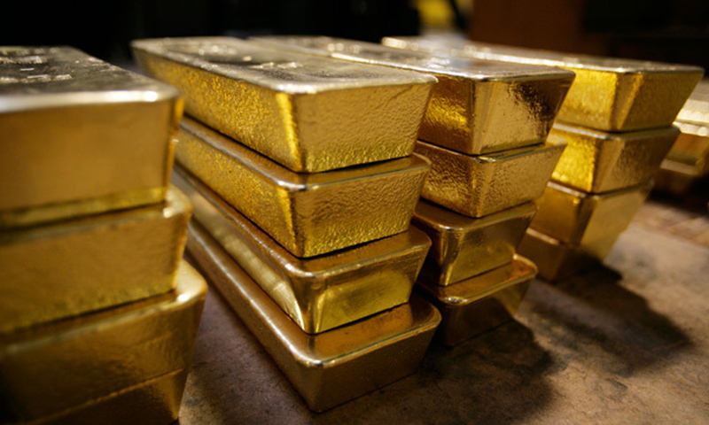 Gold rebounds as dollar declines amid expectations of slowdown in pace of US rate hike. ─ AFP/File