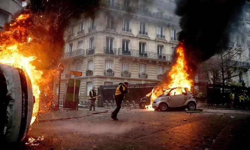 پُرتشدد مظاہروں کے دوران گاڑیوں کو بھی نظرآتش کردیا گیا۔ تصویر: اے ایف پی