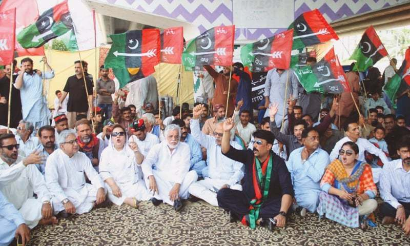 Charged PPP workers chant slogans against PTI government; call for immediate restoration of gas supply. — File photo