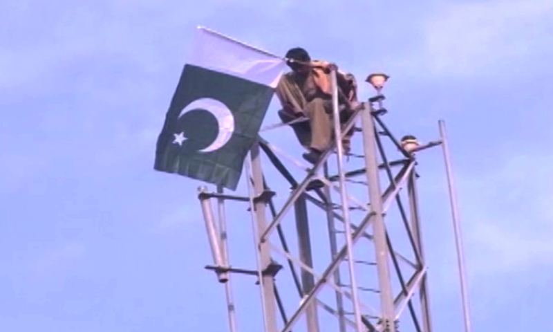 Actor Shafaat Ali successfully mimicks Imran Khan and convinces the man to get down from the tower. —DawnNewsTV