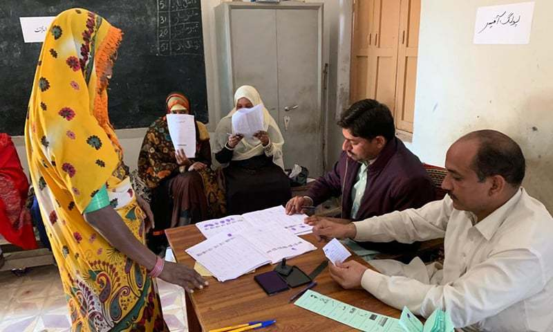 A woman in interior Sindh casts her vote in the local body by-polls.— Photo courtesy: Hanif Samoon