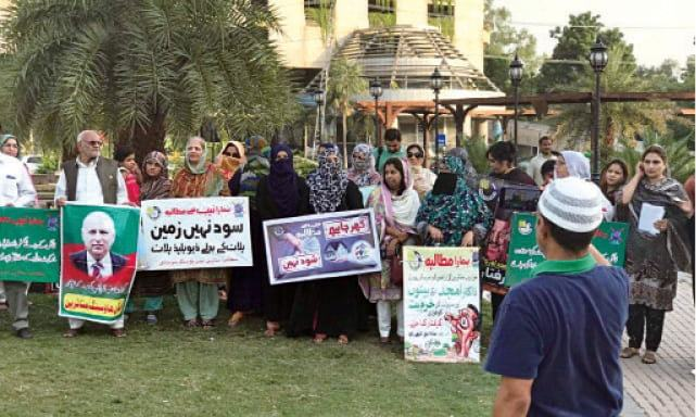Affectees of Eden Housing scam hold a demonstration at Liberty Chowk in Lahore. —Dawn Archives
