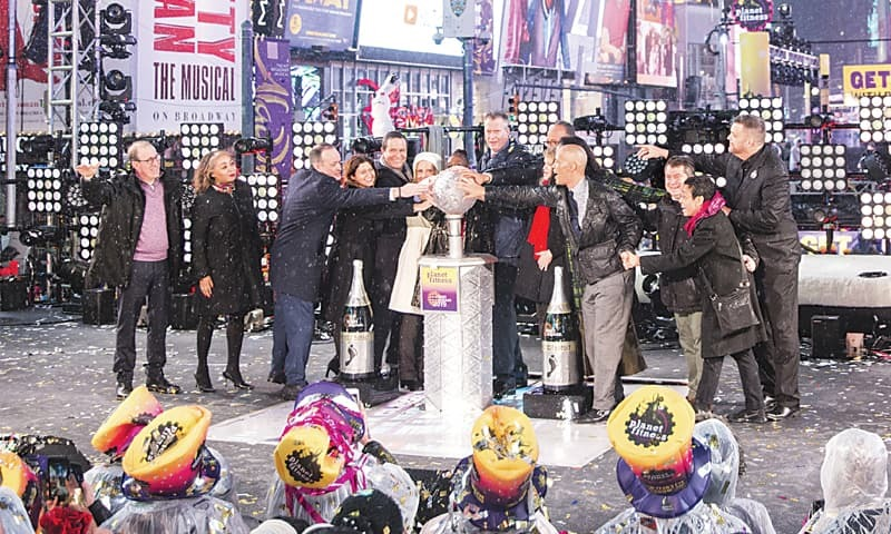 NEW YORK: Journalists from ABC News, NBC News, The Washington Post, Reuters and other outlets join Mayor Bill de Blasio in pushing the button that initiates the New Year's Eve ball drop in Times Square.—AP