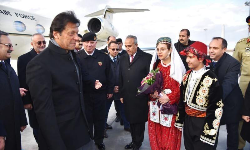 قونیہ پہنچنے پر وزیر اعظم کا استقبال کیا جارہا ہے — فوٹو: پی آئی ڈی