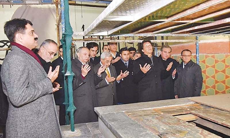KONYA: Prime Minister Imran Khan offers Fateha at the mausoleum of great Sufi saint Maulana Rumi on Thursday.—INP