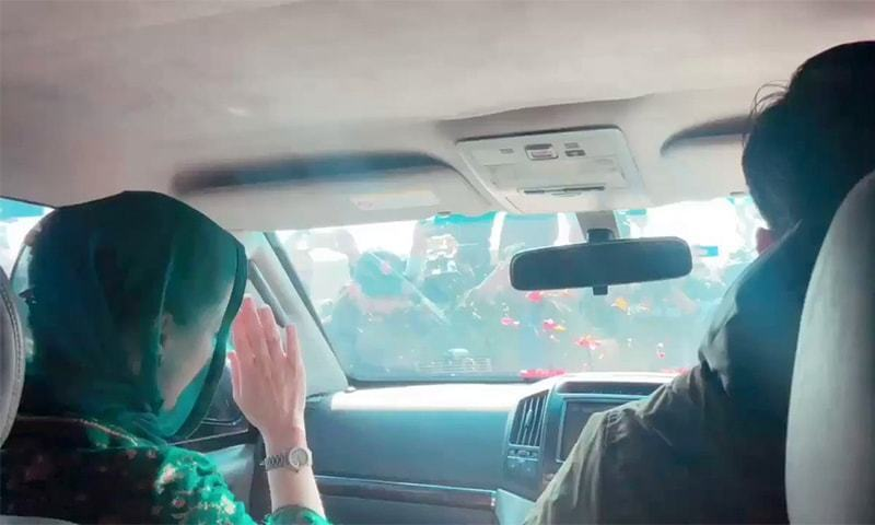 Maryam Nawaz waves to supporters as she arrives at Lahore's Kot Lakhpat Jail. ─ Photo courtesy Twitter