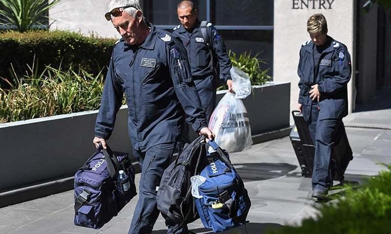 تفتیش کار اٹلی کے سفارتخانے سے بیگس لے کر جارہے ہیں — فوٹو، اے ایف پی