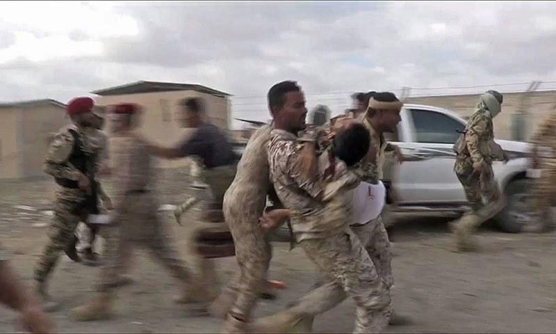 ڈرون حملے میں زخمی فوجی کو طبی امداد کے لیے ہسپتال منتقل کیا جا رہا ہے— فوٹو: اے ایف پی